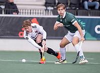 AMSTELVEEN -  Matthew Dawson (Amsterdam) met Alexander Schop (Rotterdam) tijdens de competitie hoofdklasse hockeywedstrijd heren, Amsterdam -Rotterdam (2-0) .  COPYRIGHT KOEN SUYK