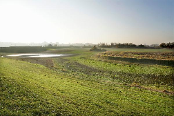 Nederland, Nijmegen, 16-11-2018Het peil in de Oude Waal, een dode rivierarm van de rivier, heeft nog nooit zo laag gestaan. Het water is goeddeels verdwenen. Het duurde even omdat hij met het hoge water in januari helemaal vol stroomde. Hoogwater, laagwater . laagwater .De Waal is het Nederlandse deel van de Rijn en de belangrijkste vaarroute van en naar Rotterdam en Duitsland . Aftakkingen zijn de minder bevaren Neder Rijn en IJssel.Foto: Flip Franssen