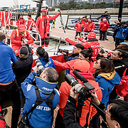© Maria Muina I MAPFRE. Xabi Fernandez with the chinese media after winning the In Port Race in Guangzhou. Xabi Fernández con la prensa China tras ganar la costera de Guangzhou.