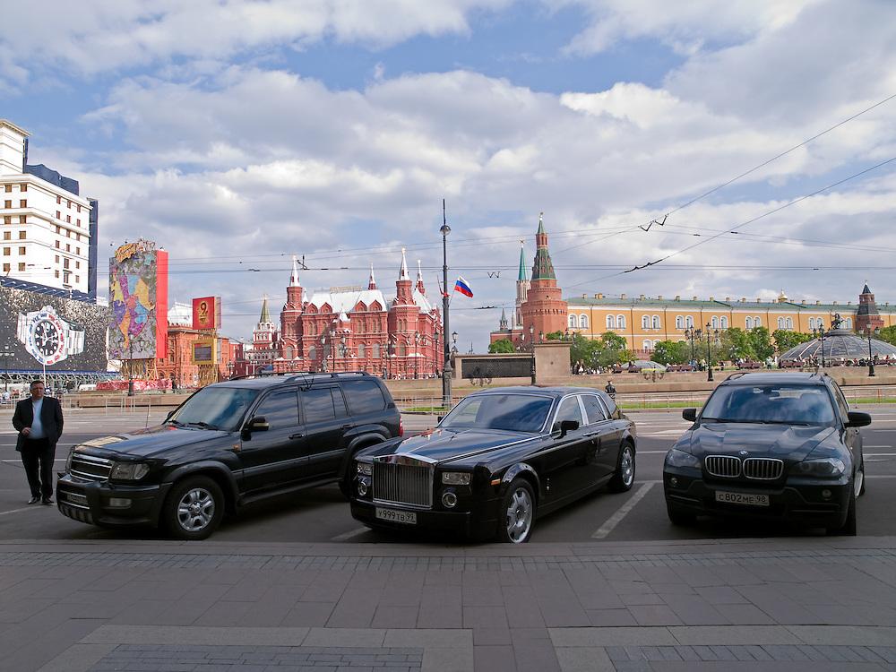 In der Nähe vom Roten Platz geparkte Luxuslimousinen im Zentrum der russischen Hauptstadt Moskau.<br /> <br /> Parked luxury cars close to Red Square in city center of the Russian metropolis Moscow.