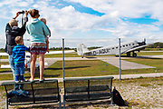 Tante I love Ju! Die Ju-52 aus dem Jahr 1936 wird nicht nur von den Piloten verehrt und geliebt. Auf dem Flug von Augsburg nach Friedrichshafen am 10. August 2018.<br />Photo Siggi Bucher