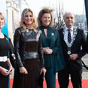 NLD/Zwolle/20191218 - Maxima bij Kerst Muziekgala 2019, Koningin Maxima met Carolien Gehrels , Burgemeester  Peter Snijders en commissaris van de Koningin Andries Heidema