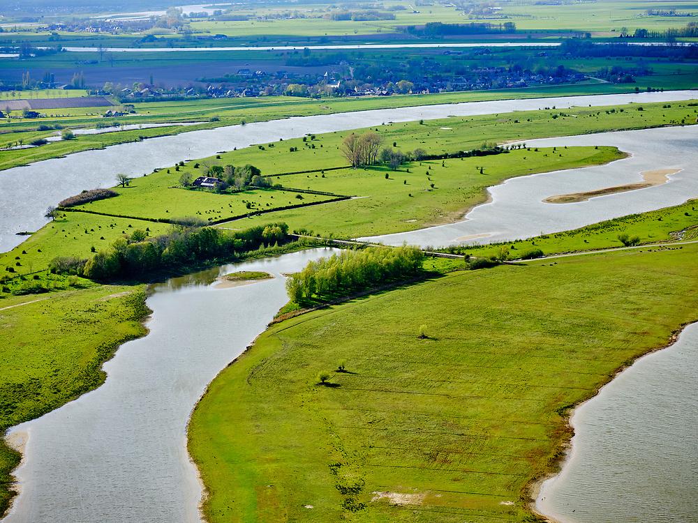 Nederland, Overijssel, Zwolle 07-05-2021; Vreugderijkerwaard, de IJssel ter hoogte van Westenholte. In het kader van het programma Ruimte voor de rivier is de dijk landinwaarts verlegd en zijn er hoogwatergeulen gegraven. Door de dijkverlegging worden de uiterwaarden breder en krijgt de rivier meer ruimte.<br /> River IJssel north of Zwolle. The river dike has been shifted (landward) with newly excavated channels. Moving the dike has broadened the floodplains, creating more space for the river.<br /> <br /> luchtfoto (toeslag op standard tarieven);<br /> aerial photo (additional fee required)<br /> copyright © 2021 foto/photo Siebe Swart