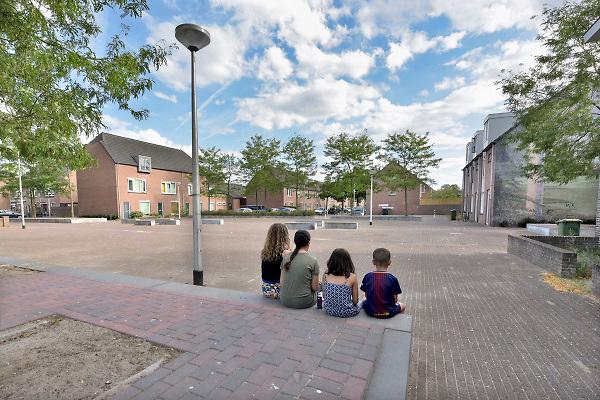Nederland, the Netherlands, Nijmegen, 1-8-2018De hittegolf en aanhoudende droogte leiden tot hittestress in de binnensteden . Mensen vermijden lopen in de zon, pleinen zijn leeg . Veel verkoop van ijs, softijs . In het park kunnen bomen schaduw en verkoeling geven .Foto: Flip Franssen