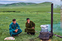 Mongolie, Arkhangai, campement nomade dans la steppe, préparation d'un barbecue mongol // Mongolia, Arkhangai province, yurt nomad camp in the steppe, mongolian barbecue cooking
