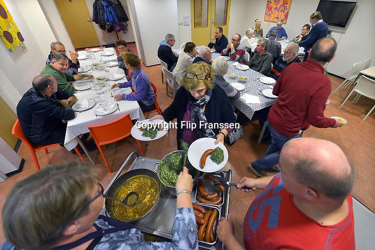 Nederland, Bemmel,  24-11-2015Het Bemmelse eetcafe, georganiseerd door Stichting Welzijn Lingewaard, SWL, trekt steeds meer publiek. Elkaar ontmoeten. dat is naast het eten de reden dat zij hier komen. FOTO: FLIP FRANSSEN/ HH