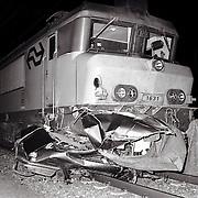 NLD/Ermelo/19921117 - Een dode bij een auto onder trein bij overweg Watervalweg Ermelo
