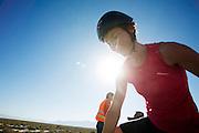 Barbara Buatois is gefinished op de derde racedag. In Battle Mountain (Nevada) wordt ieder jaar de World Human Powered Speed Challenge gehouden. Tijdens deze wedstrijd wordt geprobeerd zo hard mogelijk te fietsen op pure menskracht. Ze halen snelheden tot 133 km/h. De deelnemers bestaan zowel uit teams van universiteiten als uit hobbyisten. Met de gestroomlijnde fietsen willen ze laten zien wat mogelijk is met menskracht. De speciale ligfietsen kunnen gezien worden als de Formule 1 van het fietsen. De kennis die wordt opgedaan wordt ook gebruikt om duurzaam vervoer verder te ontwikkelen.<br /> <br /> Barbara Buatois has finished on the third racing day. In Battle Mountain (Nevada) each year the World Human Powered Speed Challenge is held. During this race they try to ride on pure manpower as hard as possible. Speeds up to 133 km/h are reached. The participants consist of both teams from universities and from hobbyists. With the sleek bikes they want to show what is possible with human power. The special recumbent bicycles can be seen as the Formula 1 of the bicycle. The knowledge gained is also used to develop sustainable transport.