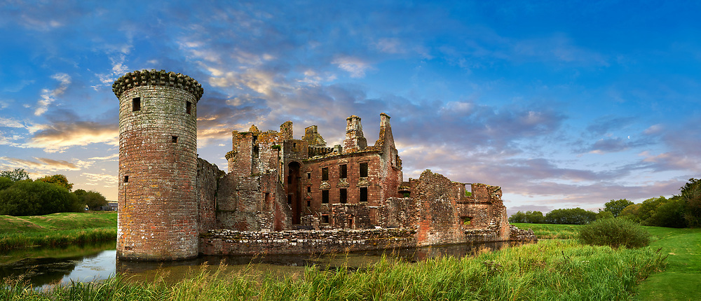 Exterior of Caerlaverock Castle, Dumfries Galloway, Scotland, Exterior of Caerlaverock Castle, Dumfries Galloway, Scotland, Visit our SCOTLAND HISTORIC PLACXES PHOTO COLLECTIONS for more photos to download or buy as wall art prints https://funkystock.photoshelter.com/gallery-collection/Images-of-Scotland-Scotish-Historic-Places-Pictures-Photos/C0000eJg00xiv_iQ<br /> '<br /> Visit our MEDIEVAL PHOTO COLLECTIONS for more   photos  to download or buy as prints https://funkystock.photoshelter.com/gallery-collection/Medieval-Middle-Ages-Historic-Places-Arcaeological-Sites-Pictures-Images-of/C0000B5ZA54_WD0s