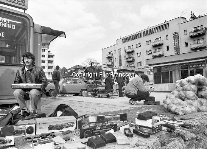 Joegoslavie, Knin, 20-11-1990 De servische enclave Knin heeft aangekondigd zich van Kroatie af te scheiden als dat de onafhankelijkheid zal verklaren. In veel etalages van winkels ligt de federale Joegoslavische vlag met de ster . Een half jaar later werd kroatoe onafhankelijk en het uiteenvallen van joegoslavie was een historisch feit . Knin werd het startpunt van de oorlog in Kroatie . Hier bevond zich ook een kazerne van het federale leger .Foto: Flip Franssen