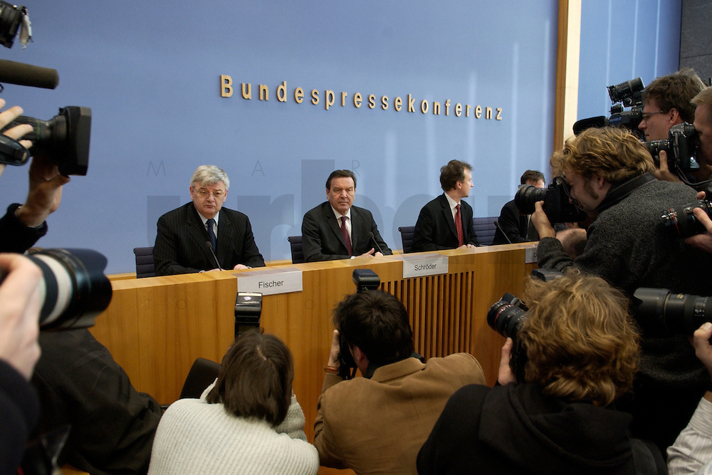 05 JAN 2005, BERLIN/GERMANY:<br /> Joschka Fischer (L), B90/Gruene, Bundesaussenminister, und Gerhard Schroeder (M), SPD, Bundeskanzler, vor Beginn einer Pressekonferenz zur Fluthilfe der Bundesregierung<br /> and Joschka Fischer (L), Federal Minister of Foreign Affairs, und Gerhard Schroeder (M), Federal Chancellor of Germany, before the beginning of a press conferece about the donations for the tsunami-hit nations<br /> IMAGE: 20050105-01-009<br /> KEYWORDS: Gerhard Schröder, Flutkatastrophe, Sturmflut, Erdbeben, Treppe, Tsunami, Journalisten, Fotografen, Kamera, Camera