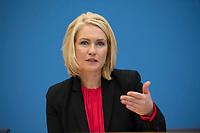 DEU, Deutschland, Germany, Berlin, 11.01.2017: Bundesfamilienministerin Manuela Schwesig (SPD) in der Bundespressekonferenz zum Thema Gesetzentwurf für mehr Lohngerechtigkeit.