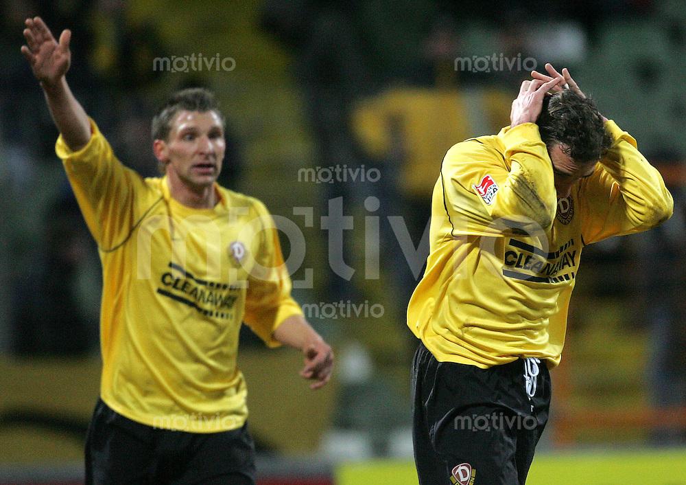Fussball 2. Bundesliga, 1.FC Dynamo Dresden - Greuther Fuerth am Mittwoch (08.03.06). Dresdens Levente Csik (r.) und maik Wagefeld enttaeuscht.
