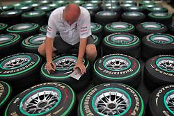 Mecânicos preparam os pneus para o Grande Prêmio de F1 do Brasil no Autódromo de Interlagos em 07 novembro de 2010, em São Paulo, Brasil. FOTO: Jefferson Bernardes/Preview.com