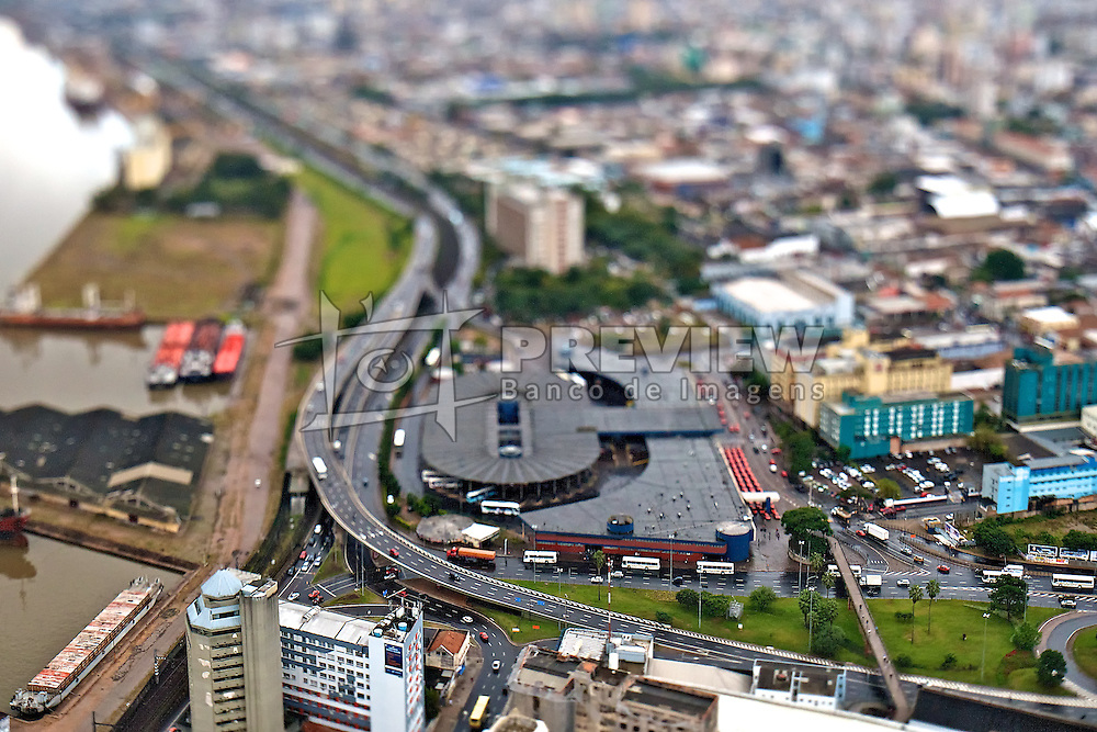 A Estação Rodoviária de Porto Alegre foi inaugurada em 28 de junho de 1970, num projeto do DAER. Recebe empresas de ônibus que fazem viagens estaduais, nacionais e internacionais. Atualmente, a empresa vem implantando novas alternativas para a venda de passagens, como a compra de bilhetes por telefone e internet. Na época, o prédio da rodoviária foi considerado o maior e mais moderno da América do Sul, tanto em estilo arquitetônico quanto no aspecto funcional. Ela se localiza na entrada da cidade para quem chega pela Freeway, as margens do Rio Guaíba. FOTO: Jefferson Bernardes/Preview.com
