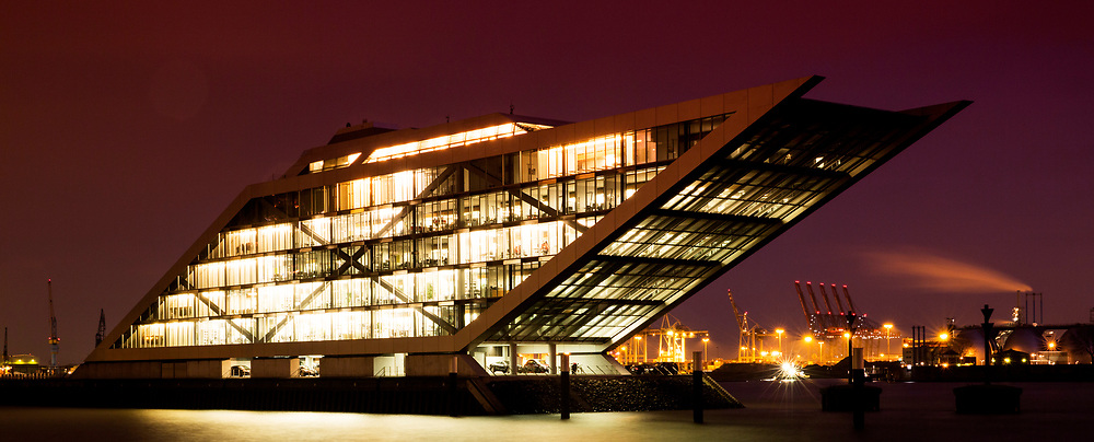 Moderne Architektur des Dockland an der Norderelbe