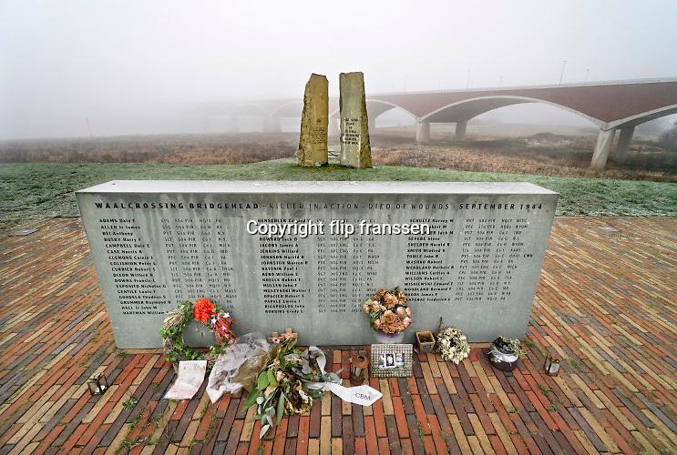 Nederland, Nijmegen, Oosterhout, 31-1-2019Monument ter herinnering van de oversteek door Amerikaanse militairen van de Waal bij Nijmegen en een eerbetoon aan de 48 militairen die hierbij sneuvelden in W.O. II, waarbij de Waalbrug werd veroverd als onderdeel van operatie Market Garden. 2e wereldoorlog. Dit is ook de plek waar de brug de Oversteek, genoemd naar deze helhaftige actie, tweede stadsbrug, brug, uitkomt, gebouwd door de aannemers BAM Civiel B.V. en Max Bogl Nederland B.V. Die verbindt Lent en Oosterhout met de stad.Foto: Flip Franssen