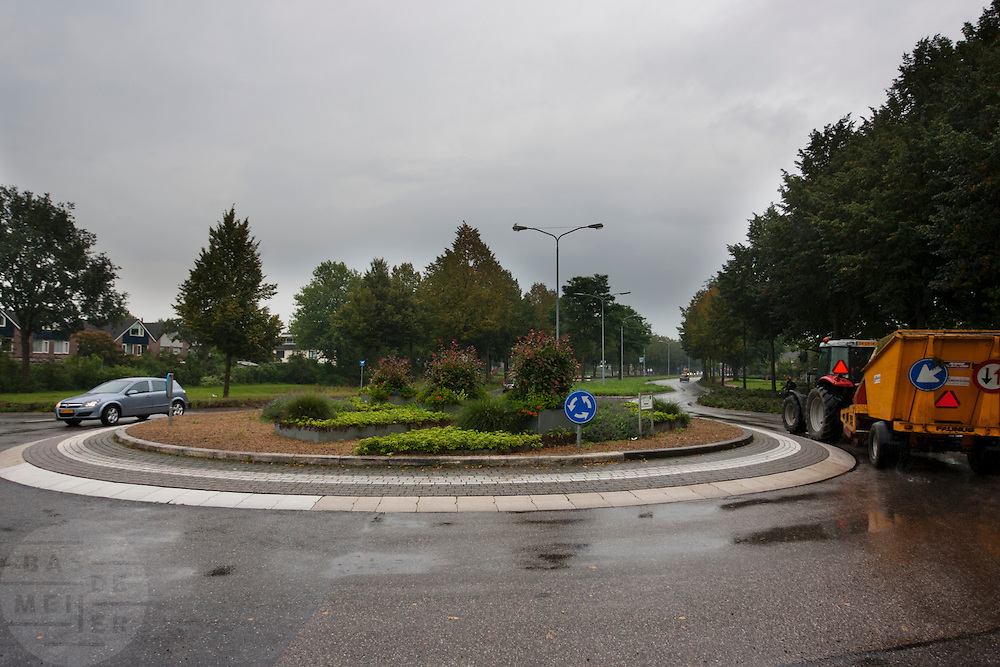 Een tractor rijdt over een rotonde in Zevenaar.<br /> <br /> A tractor at a roundabout in Zevenaar.