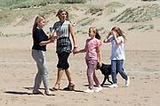 Koning Willem-Alexander en koningin Maxima poseren samen met de prinsesjes Ariane, Amalia en Alexia tijdens de jaarlijkse fotosessie op het strand bij het natuurgebied Meijendel in Wassenaar. <br /> <br /> King Willem-Alexander and Queen Maxima posing together with the princesses Ariane, Amalia and Alexia at the annual photo session on the beach at the nature Meijendel in Wassenaar.<br /> <br /> Op de foto / On the photo:  koningin Maxima  met de prinses Ariane, prinses  Amalia en prinses  Alexia <br /> <br />  Queen Maxima with the Princess Ariane, Princess Amalia and Princess Alexia