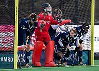 BLOEMENDAAL -   verdediging van Pinoke bij strafcorner, met oa keeper Steven Verhoogt (Pinoke), Dennis Warmerdam (Pinoke)  .oefenwedstrijd hockey heren, Bloemendaal H1- Pinoke H1 (3-2).  COPYRIGHT KOEN SUYK