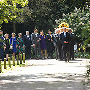 NLD/Den Haag/20190822 - Uitvaart Prinses Christina, de kist vol zonnebloemen met het stoffelijk overschot gevolgd door leden van de Koninklijke familie
