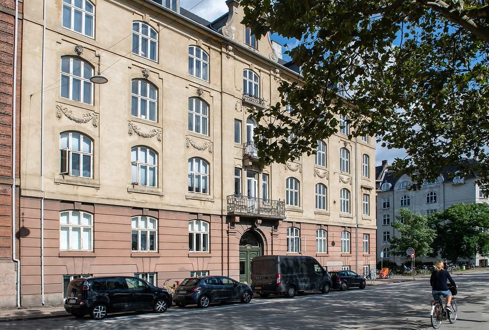 Klinik Hedegaard ligger centralt i hjertet af København, lige ved Østerport Station. Klinikken tilbyder behandling inden for gynækologi, graviditet og fertilitet, baseret på speciallæge Morten Hedegaards mangeårige erfaring som læge, forsker og klinikchef på Rigshospitalet.