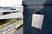 Nederland, Nijmegen, 24-4-2014Wethouders Jeene van economische zaken en van der Meer van milieu nemen een drietal stroomkasten in gebruik langs de Waalkade. De groene walstroom is bedoeld om schepen van energie te voorzien zodat ze hun dieselgestookte generatoren niet hoeven te laten draaien als ze aange,eerd zijn. De kasten zijn geschonken door Smit Transformatoren vanwege hun 100-jarig bestaan.Foto: Flip Franssen/Hollandse Hoogte