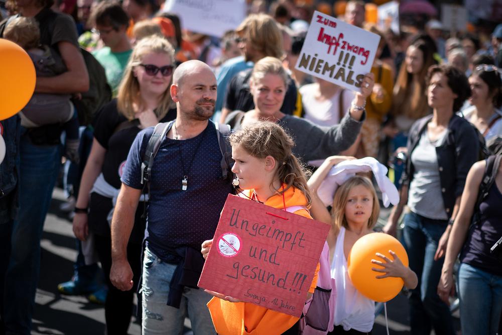 """Mehrere hundert Impfgegner demonstrieren in Berlin unter dem Motto """"Impfen muss freiwillig bleiben"""" gegen die Pläne des Bundesgesundheitsministers J e n s  S p a h n eine Impfpflicht für Masernimpfungen einzuführen. Demonstrantin mit Schild: Ungeimpft und gesund!!!<br /> <br /> [© Christian Mang - Veroeffentlichung nur gg. Honorar (zzgl. MwSt.), Urhebervermerk und Beleg. Nur für redaktionelle Nutzung - Publication only with licence fee payment, copyright notice and voucher copy. For editorial use only - No model release. No property release. Kontakt: mail@christianmang.com.]"""