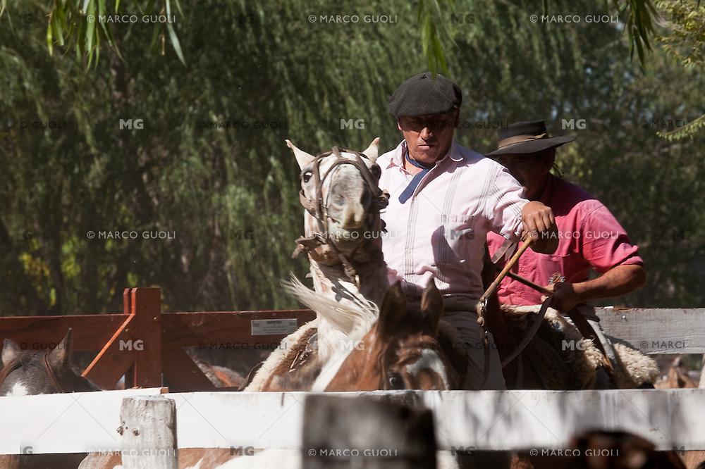 GAUCHOS EN LA FERIA ESPECIAL EN CARMEN DE ARECO, PROVINCIA DE BUENOS AIRES, ARGENTINA