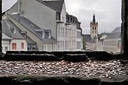 Duitsland, Trier, 26-9-2020 Deze stad met een rijk romeins verleden en het moezeldal is een populaire vakantiebestemming . In de Porta Nigra, een grote romeinse stadspoort, hebben bezoekers muntjes op de vensterbank van een venster, raam, gegooid . Hiermee hopen ze op geluk . Het romantische landschap in de omgeving met water en wijnteelt op terrassen tegen de hellingen trekt veel vakantiegangers . Foto: ANP/ Hollandse Hoogte/ Flip Franssen