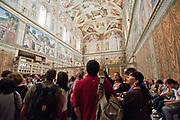 Ciudad del Vaticano, 23.10.12. Turistas de todas las nacionalidades visitan la Capilla Sixtina<br /> Foto: Víctor Sokolowicz