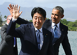 "US-Präsident Barack Obama und Japans Premier Shinzo Abe beim Gedenken an die Opfer des japanischen Angriffs auf Pearl Harbor vor 75 Jahren / 271216<br /> <br /> <br /> <br /> ***Japanese Prime Minister Shinzo Abe (C) and U.S. President Barack Obama (R) complete their speeches at Pearl Harbor in Hawaii on Dec. 27, 2016. Abe offered his ""sincere and everlasting condolences"" for those who died in the Japanese attack there in 1941.***"