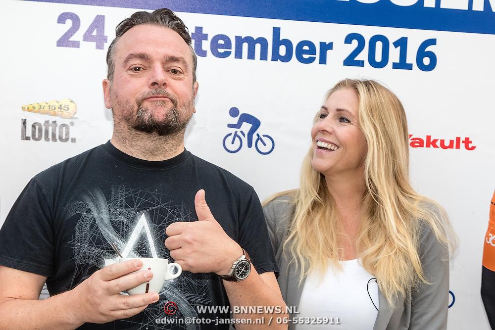 NLD/Almere/20160924 - Start fietstocht BN'ers trappen darmkanker de wereld uit, Arie Koomen en Nance Coolen