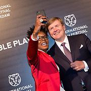 NLD/Rotterdam/20170127 - Koning Willem-Alexander bij premiere film Double Play tijdens IFFR (POOL), Shay Kreuger maakt een selfie met Koning Willem-Alexander
