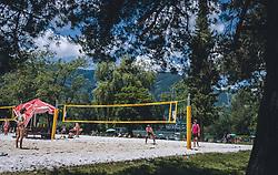 THEMENBILD - junge Leute spielen Volleyball im Strandbad Erlberg, aufgenommen am 13. Juni 2020 in Zell am See, Oesterreich // young people play volleyball at the Strandbad Erlberg in Zell am See, Austria on 2020/06/13. EXPA Pictures © 2020, PhotoCredit: EXPA/Stefanie Oberhauser