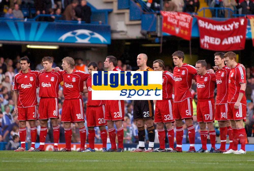 Photo: Richard Lane.<br />Chelsea v Liverpool. UEFA Champions League. Semi Final, 1st Leg. 25/04/2007. <br />Liverpool team observe a minutes silence for Alan Ball who died today.