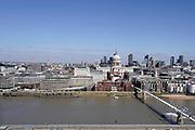 Engeland, Londen, 10-4-2019Straatbeeld van het centrum van de stad. Uitzicht over het oostelijk deel van het centrum, de city, het financiele district met hoogbouw van banken en kantoren . Architectuur,modern,moderne,zakenbanken,banken,zakelijk,centrum .Foto: Flip Franssen