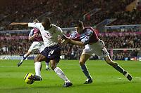 Fotball<br /> Premier League England 2004/2005<br /> Foto: SBI/Digitalsport<br /> NORWAY ONLY<br /> <br /> 22.11.2004<br /> <br /> Aston Villa v Tottenham Hotspur<br /> FA Barclays Premiership, Villa Park<br /> <br /> Spurs' Jermaine Defoe (L) shields the ball from Mark Delaney
