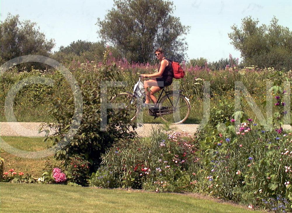 fotografie frank uijlenbroek©2001 michiel van de velde.010726 den nul ned.fietsfoto met de tuin van fortmonderweg nummer 18 .SA2