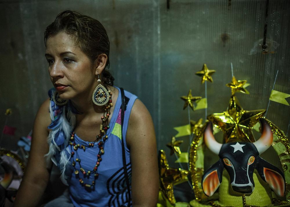 Brésil, Amazonas, Parintins. Au troisieme jour du carnaval amazonien, les equipes sont evaluees par une douzaine de juges qui notent la meilleure musique, le plus beau bœuf, les meilleurs supporters, les plus beaux costumes et les allegorie les plus inventives. A l'issue du 43eme festival, le Caprichoso obtient 867,1 points, le Garantido n'en totalise que 837,1. Pour la deuxieme annee consecutive les bleus sont vainqueurs.