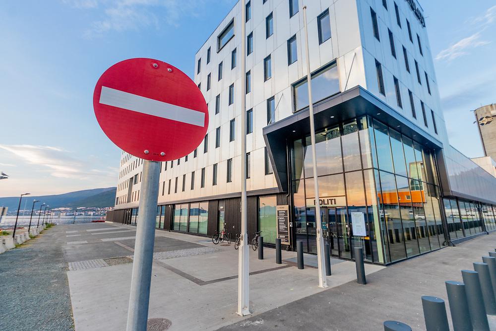 Skilting som viser innkjøring forbudt til politiet i Tromsø. Symbolikk som for eksempel kan brukes som illustrasjonsbilde for et utilgjengelig politi eller stengt politistasjon.