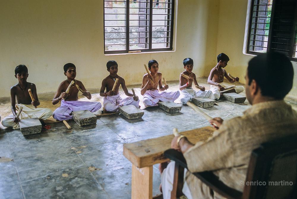 < mixed >Kalamandalam Academy near Trichur, the most important Kathakali school. A Khatakali actor ha sto undergo rigorous training for nearly 10-12 years.