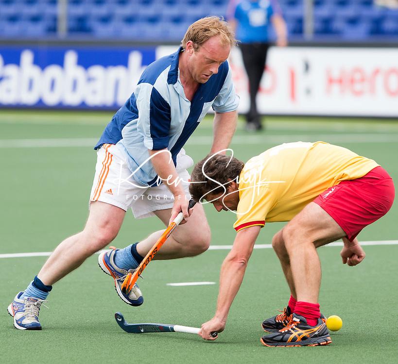 DEN HAAG - Remco van Wijk aan de bal. Tijdens het WK hockey speelt het team dat in 1998 in Utrecht wereldkampioen werd,  tegen het oude nationale team van Spanje. Veel oud internationals zijn van de partij. COPYRIGHT KOEN SUYK