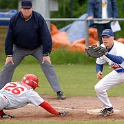 NLD/Bussum/20060528 - Honkbal, HCAW - Kinheim, Sidney de Jong op het 1e honk, Quincy Bernardus probeert te stelen
