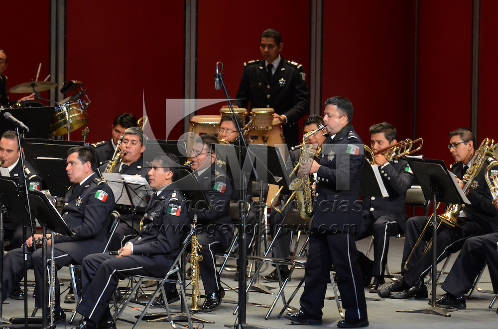 Toluca, México (Octubre 26, 2016).- cerca de 2 mil personas se dieron cita en el Teatro Morelos de la capital mexiquense, donde disfrutaron  del concierto de la Orquesta Sinfónica de Alientos y Mariachi de la Policía Federal. Agencia MVT / Arturo Hernández.