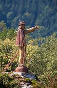 Skała Kotuńka w Szczawnicy. Rzeźba górala witającego gości przybywających do uzdrowiska. Skała ta jest jedną z atrakcji turystycznych miejscowości.