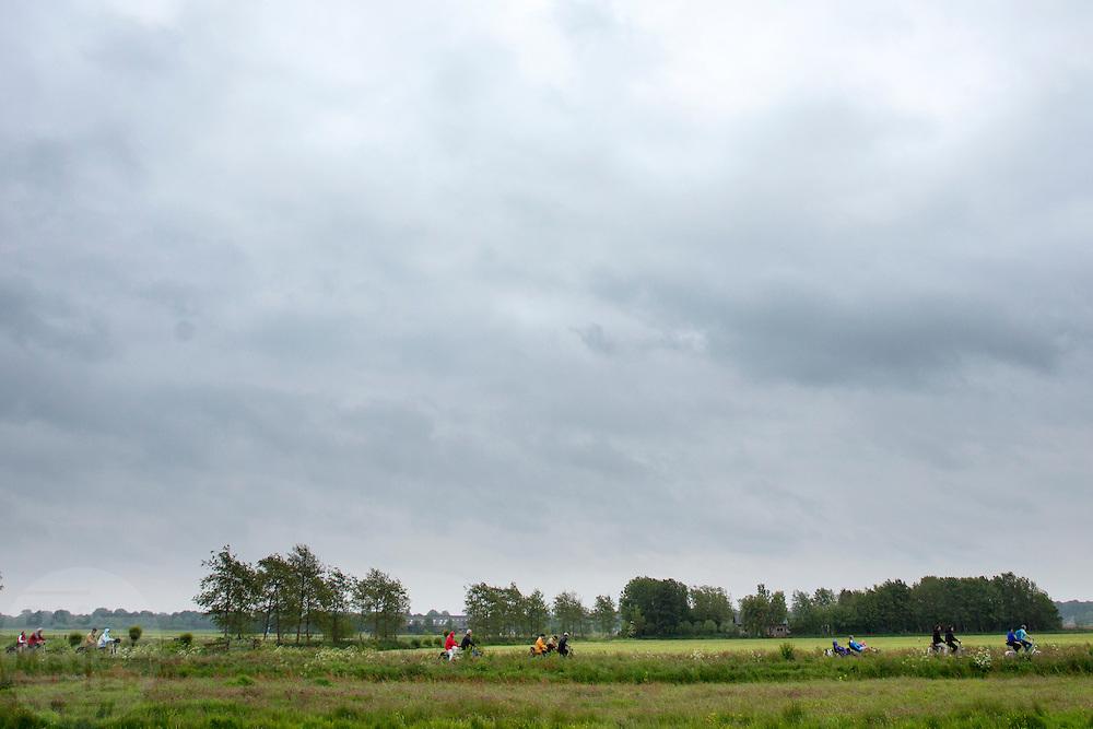 Bij Utrecht wordt de tandemtocht gehouden. De tocht werd van 1975 tot 1982 jaarlijks gehouden en was in die tijd een groots succes. Organisator Herbert Kuner, een expert in oude fietsen, wil het nu nieuw leven inblazen. In totaal rijden dit jaar vijftien tandems mee. Tijdens de route van 40km rondom Utrecht hoeven de fietsers slechts zes verkeerslichten te passeren.<br /> <br /> In Utrecht, the tandem tour is held. The tour was held annually from 1975 to 1982 and at that time was a grand success. Organizer Herbert Kuner, an expert in old bikes, wants to restart the tradition. In total this season, with fifteen tandems. During the route of 40km around and Utrecht cyclists passing only six traffic lights.