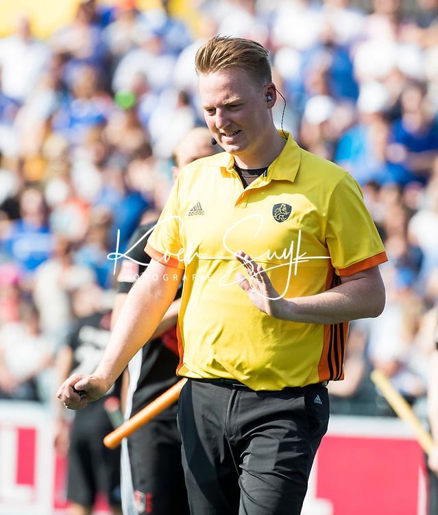 UTRECHT - Scheidsrechter Coen van Bunge,   tijdens   de finale van de play-offs om de landtitel tussen de heren van Kampong en Amsterdam (3-1). Kampong kampioen van Nederland. COPYRIGHT  KOEN SUYK