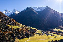 THEMENBILD - Ortsteil Lesach mit Oberlesach und den Schneebedeckten Gipfeln der Schobergruppe v.l. Glödis (3206 m), Ganot (3102 m). Samstag, 10. November 2018 Kals am Großglockner, Österreich // Lesach district with the snow-capped peaks of the Schobergruppe v.l. Glödis (3206 m), Ganot (3102 m). Saturday, November 10, 2018 in Kals am Grossglockner, Austria. EXPA Pictures © 2018, PhotoCredit: EXPA/ Johann Groder