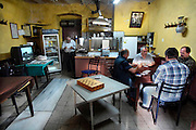 Turkije, Istanbul, 4-6-2011In een eenvoudig cafe zitten mannen te kaarten.Foto: Flip Franssen